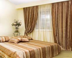 дизайн штор для спальни с вертикальными полосами